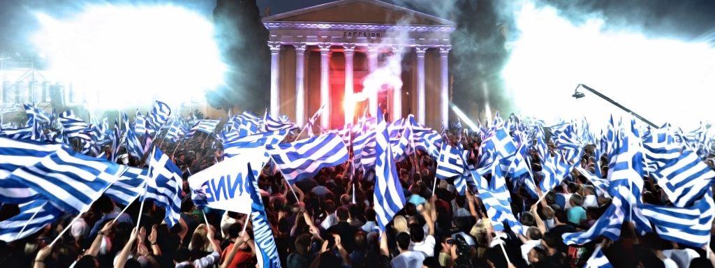 greciya miting lyudi noch flagi