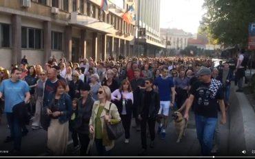 V serbskoj stolitse proshli ocherednye protestnye shestviya video Balkanist Google Chrome