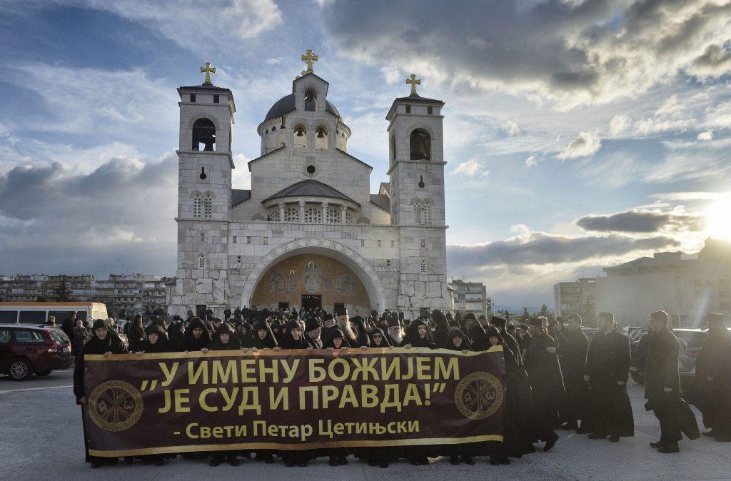 Svestenstvo na ulici Podgorice to je pocetak svih desavanja. Citanje proglasa crkve 1