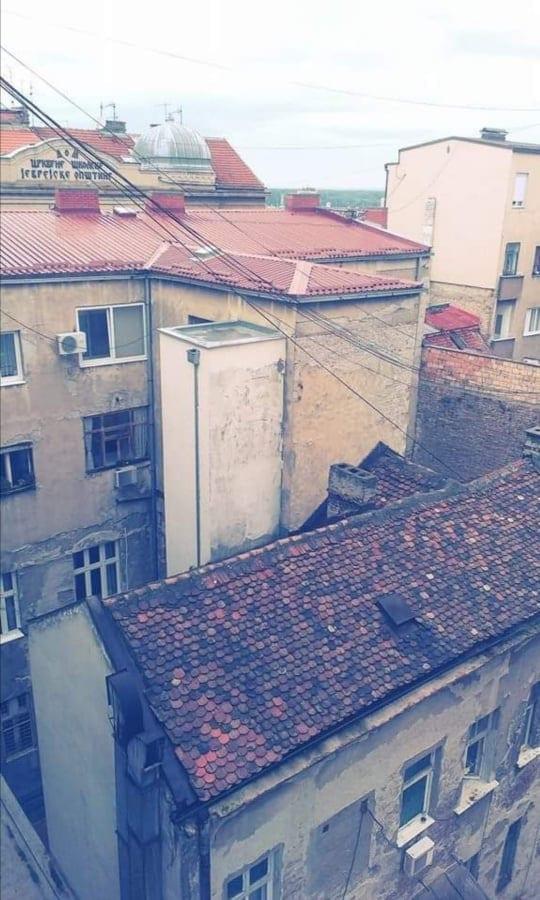 vid iz okna Royala na evrejskij obshhinnyj dom s kupolom