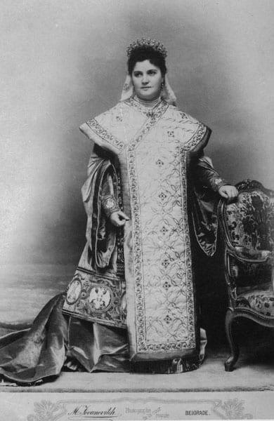 Kralitsa Draga u natsionalnom kostimu
