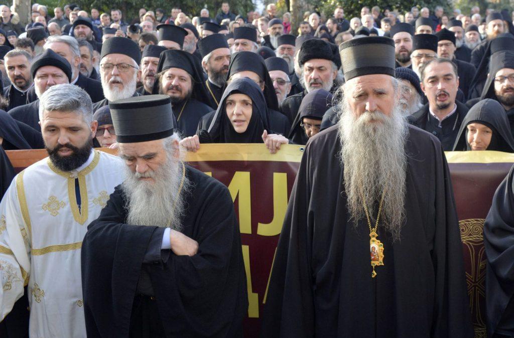 Svestenstvo na ulici Podgorice to je pocetak svih desavanja. Citanje proglasa crkve 4 1600x1053 1