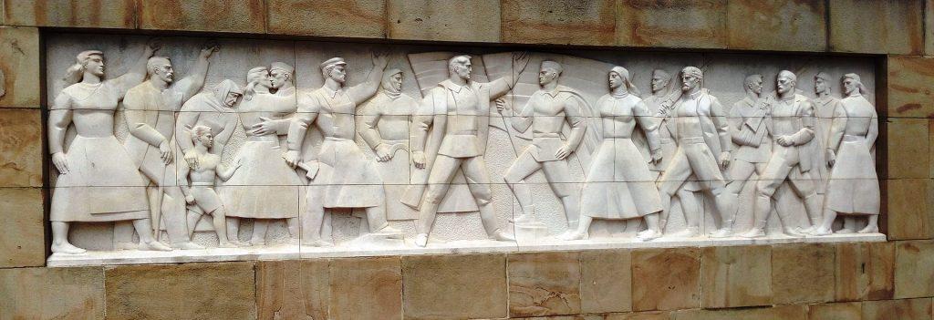 1920px Groblje oslobodilaca Beograda reljef desno